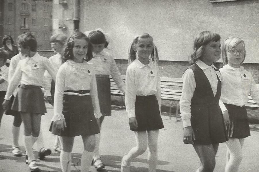 Uczennice idące do szkoły