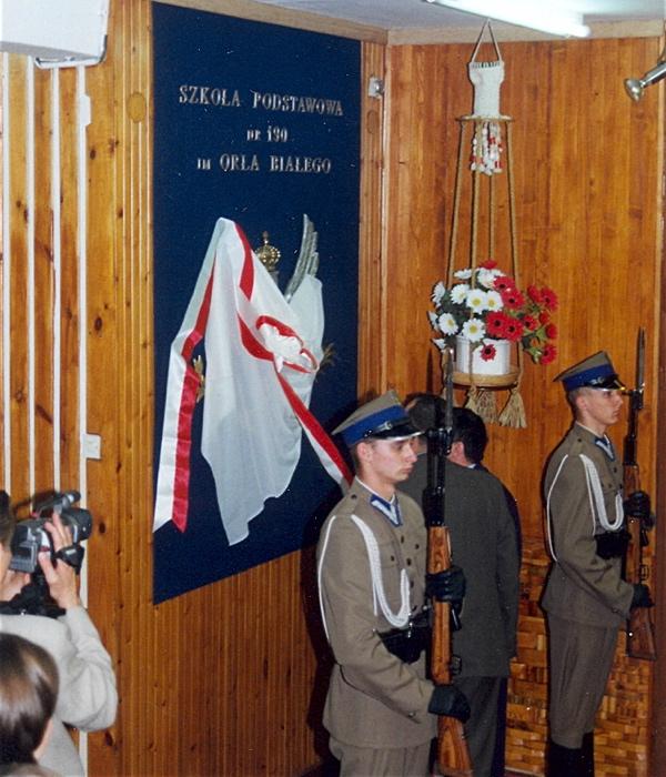 Warta honorowa wystawiona przez Kompanię Reprezentacyjną WP, w czasie obchodów jubileuszu 45-lecia szkoły