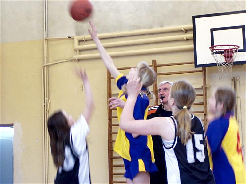 Mecz koszykówki, grają uczennice naszej szkoły
