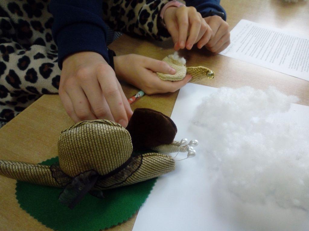 Modele ślimaków wykonane z materiału