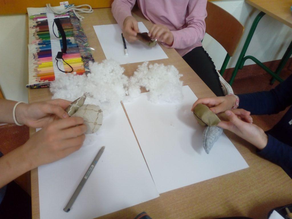 Uczniowie klas trzecich budują modele ślimaków