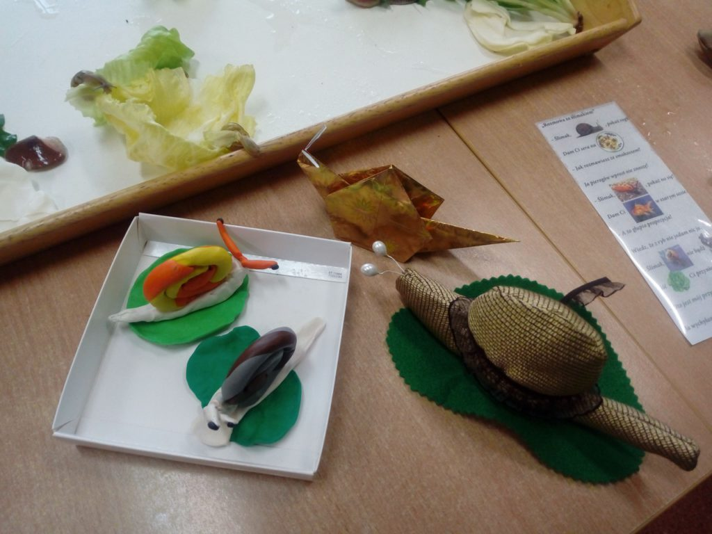Modele ślimaków z plasteliny i materiału