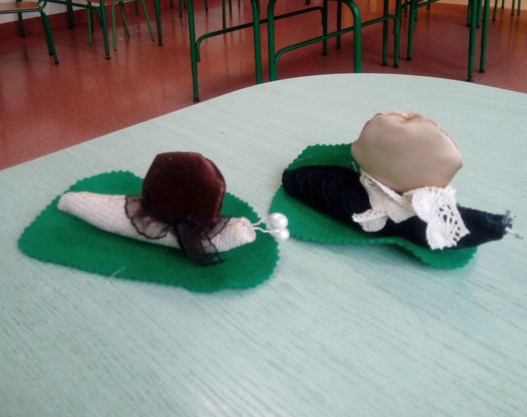 Dwa ślimaki wykonane z materiału - prace uczniów klas trzecich