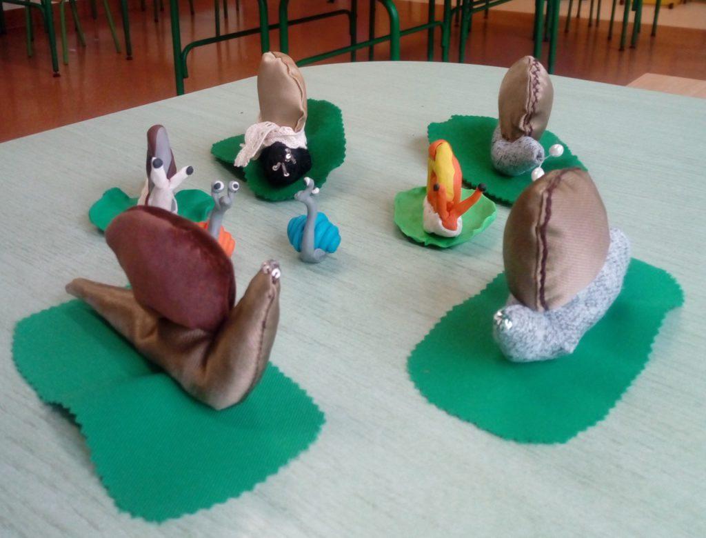 Kilka ślimaków wykonanych z różnych materiałów - prace uczniów klas trzecich