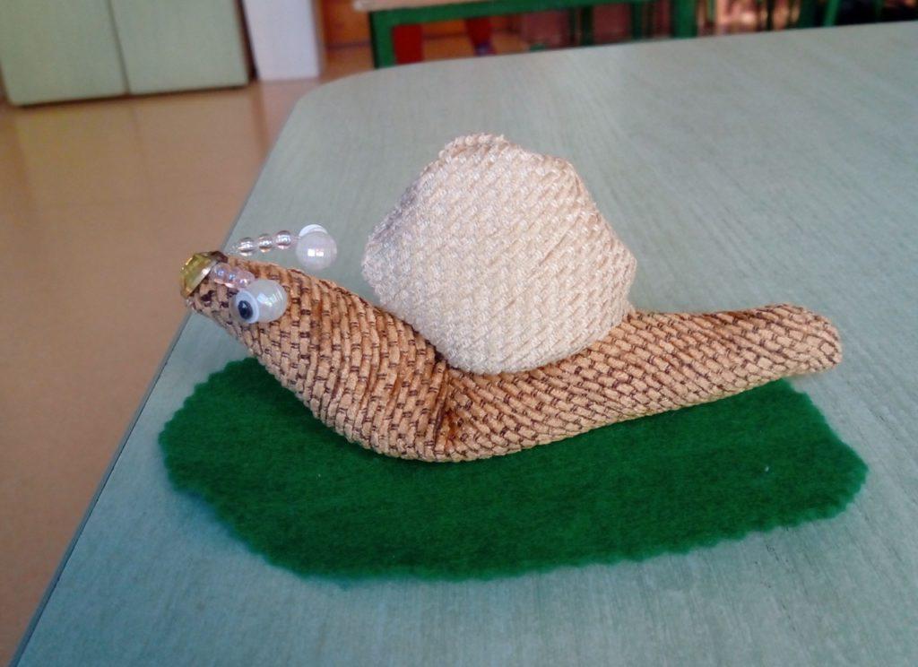Model ślimaka wykonany z materiału i koralików