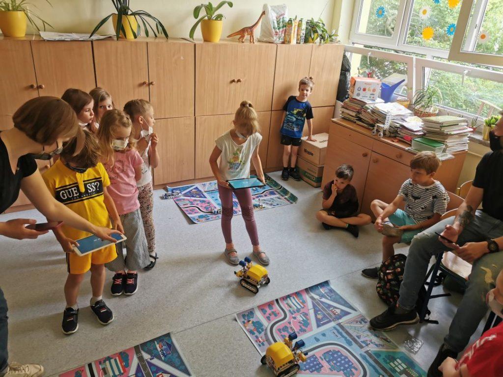 Dzieci testują swoje roboty. Sterują ich ruchem używając aplikacji zainstalowanych na tabletach.