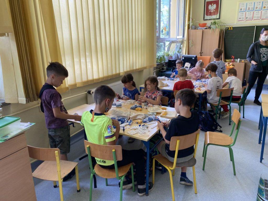 Dzieci budują roboty dla swojego ekologicznego miasteczka
